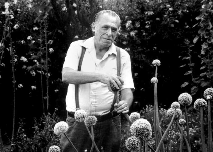 Charles Bukowski en un jardín