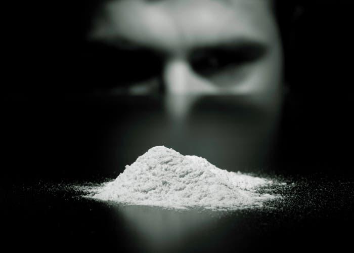 Hombre mirando a la cocaína