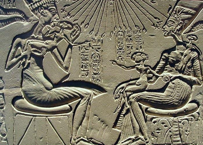 Escena familiar de Akenatón, Nefertiti y una de sus hijas