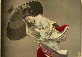 Mujer entre la lluvia es una fotografía del japonés Kibei