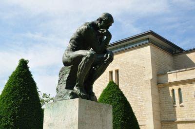 El Pensador de Rodin situado en los jardines del Hotel Biron