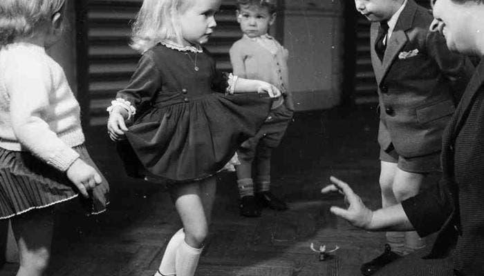 Profesora enseña a niña los buenos modales