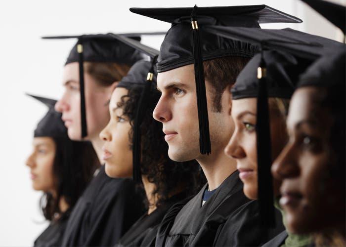 Grupo de estudiantes que se graduan