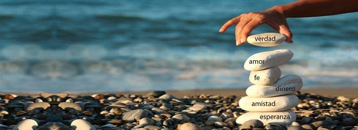 Playa con piedras palabras inscritas