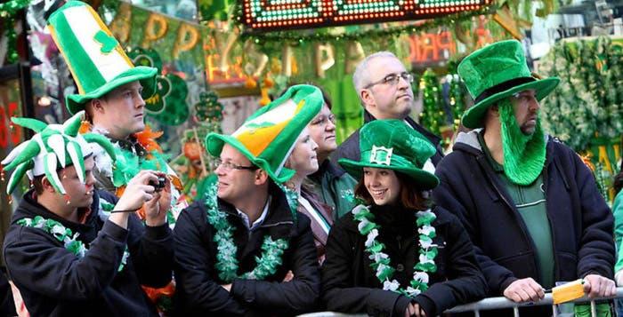 Turistas vestidos de verde