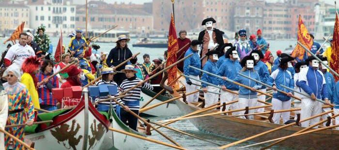 Barcos con gente disfrazada