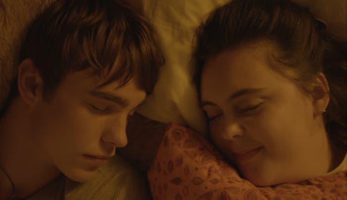 Rae y Finn en la cama