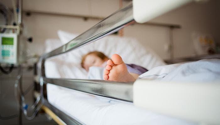 Niño en una cama de hospital