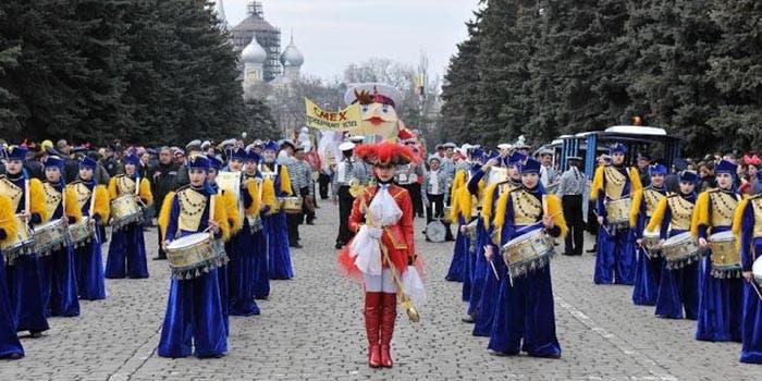 Desfile por el día de la Humorina