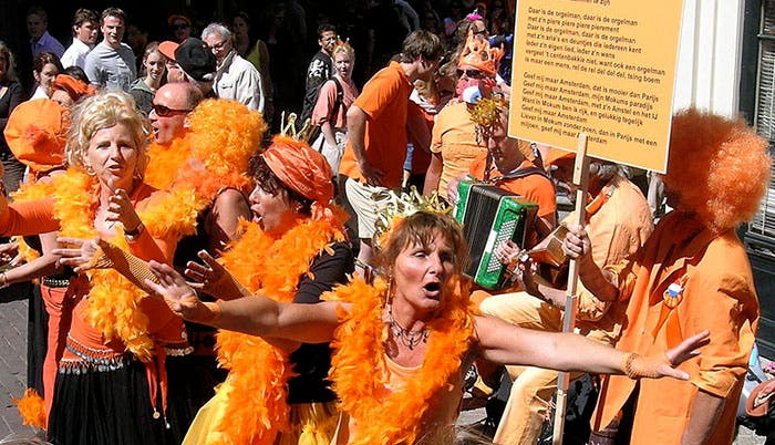 Gente vestida de naranja, espectáculo callejero