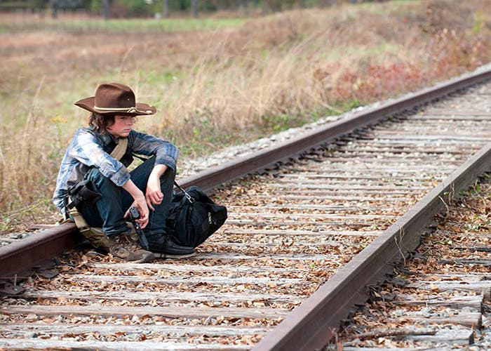 Carl The Walking Dead en las vías del tren