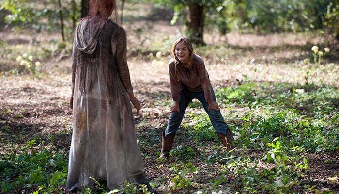 Chica jugando con zombie