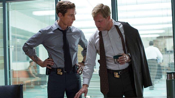 Hart y Cohle en la oficina de policia