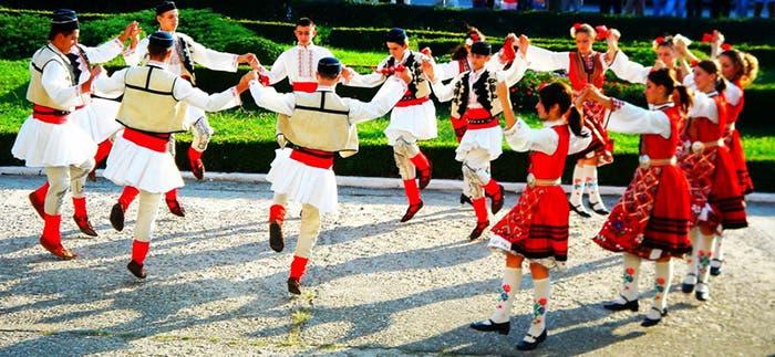 Baile tradicional rumano bailado en círculo