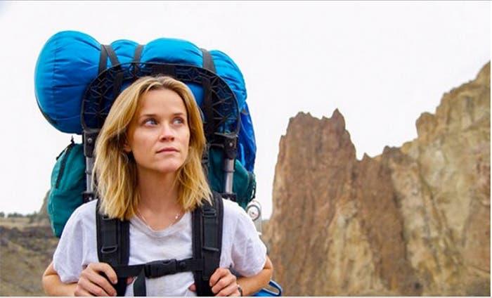 Reese Witherspoon con una mochila de viaje