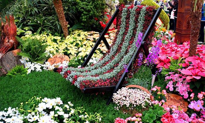 Columpio cubierto de flores