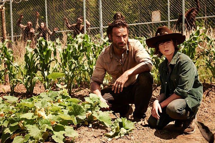Rick y Carl cultivando en la cárcel