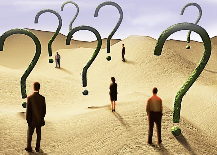 Personas y signos de interrogación en un desierto