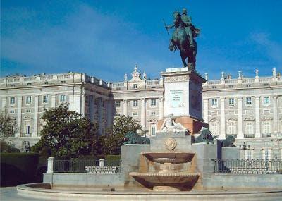 Escultura ecuestre de Felipe IV en la Plaza de Oriente en Madrid
