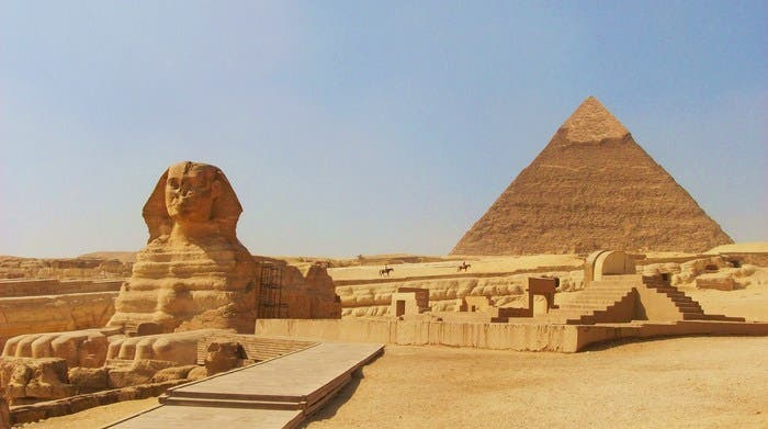 Imagen de la meseta de Giza con la imponente Gran Esfinge.