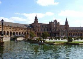 Imagen de la Plaza de España de Sevilla con su canal para paseos en barcas.