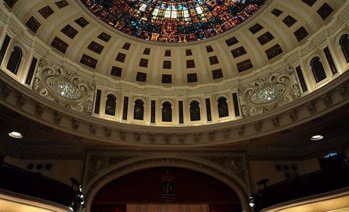 Imagen del Teatro de la Plaza de España de Sevilla con su imponente vidriera en el techo.