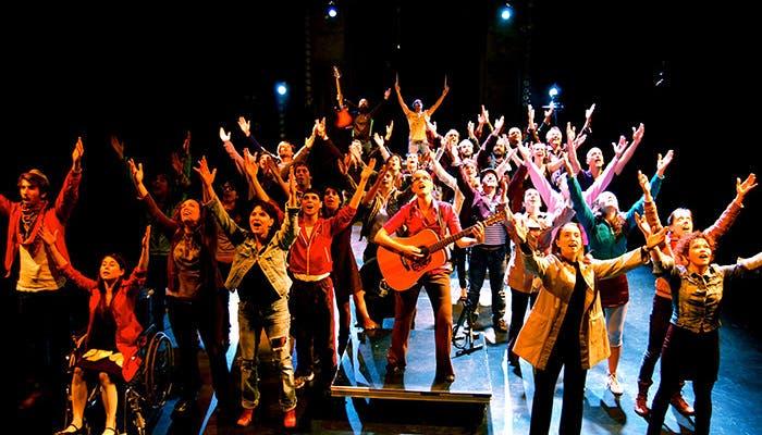 Musical con personas cantando