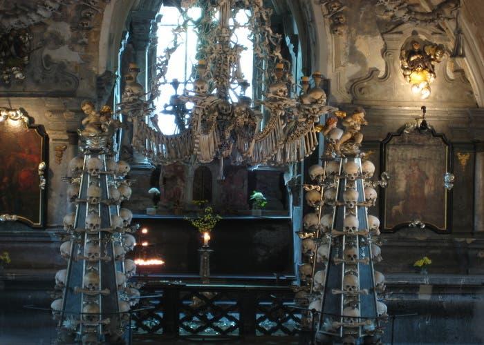 Altar con decoración ósea de la Iglesia de Todos los Santos, Sedlec