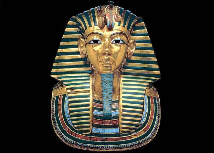 Máscara mortuoria dorada con incrustaciones de vidrio azul y piedras semipreciosas