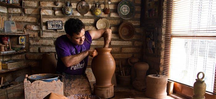 Juan Pablo Martínez (Tito) trabajando en su alfarería