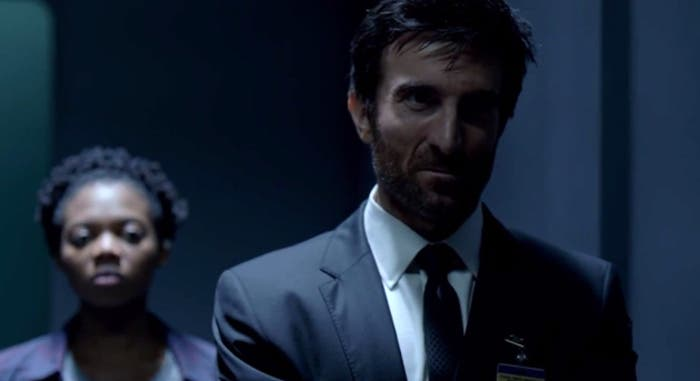 Susan Heyward y Sharlto Copley en 'Powers'