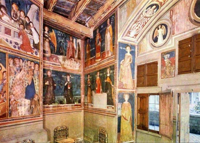 Detalle del espacio de la capilla y alguna de sus pinturas