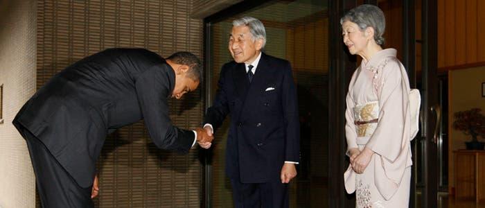El presidente Obama saluda al emperador japonés
