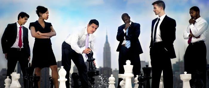 Grupo de ejecutivos organizando piezas de ajedrez