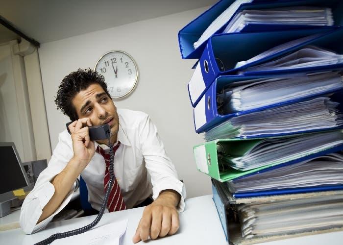 Hombre agobiado por la cantidad de trabajo